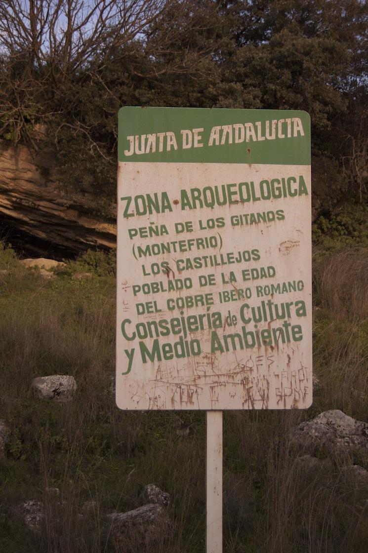 Peña de los Gitanos: Señal que delimita la zona de yacimientos