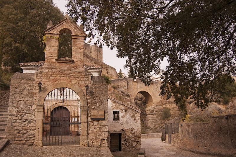 Ermita de San Miguel - Santa Cruz con el Puente Viejo al fondo